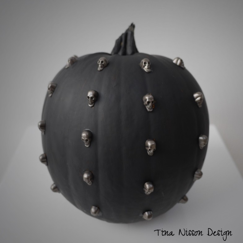 Black skull pumpkin
